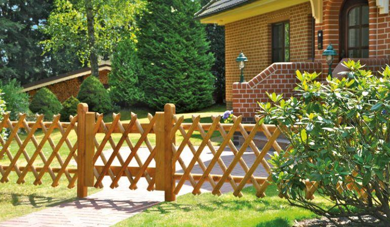 Ein Klassiker unter den Gartenzäunen: Jägerzaun aus braun druckimprägnierter Kiefer mit genagelten Zaunlatten und 55 mm Lattenstärke