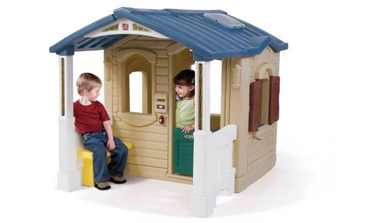 """Das Kinder Kunststoffhaus """"Noel"""" ist pflegleicht, winterfest und durch die Veranda und Größe wie ein echtes kleines Haus."""
