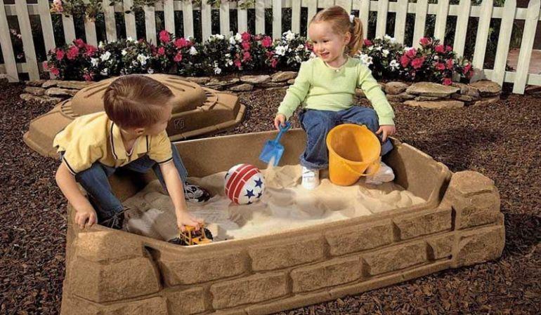 """Kinder Sandkasten """"Ronja"""" mit einer Abdeckung aus Kunststoff. Maße: 112 x 81 x 39 cm"""
