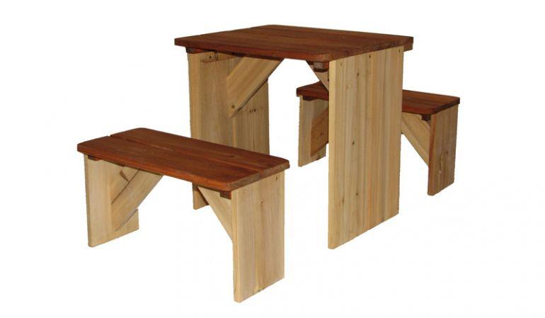 """Die Kinder Sitzgarnitur """"Karo"""" eignet sich perfekt für ein kleines Picknick im Garten oder in Ihrem Spielhaus. Maße: 46 x 81 x 46cm; 100% FSC Holz"""