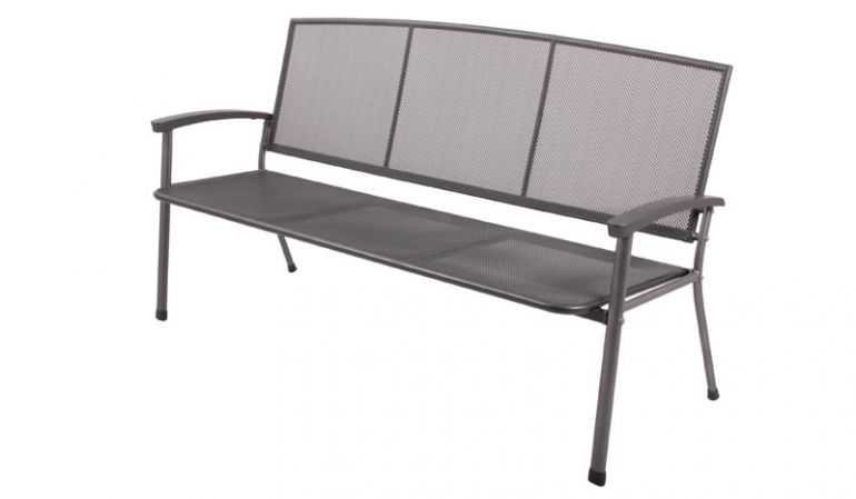 Die schlichte Gartenbank Malmö aus beschichtetem Streckmetall ist als 2- oder 3-Sitzer erhältlich. Hier als 3-Sitzer mit dem Maß 171 x 65 x 92 cm.