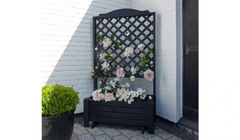 Der Pflanzkübel Holz ist aus Kiefernholz gefertigt und Schwarz lasiert. Das Maß beträgt 80 x 38 x 140 cm
