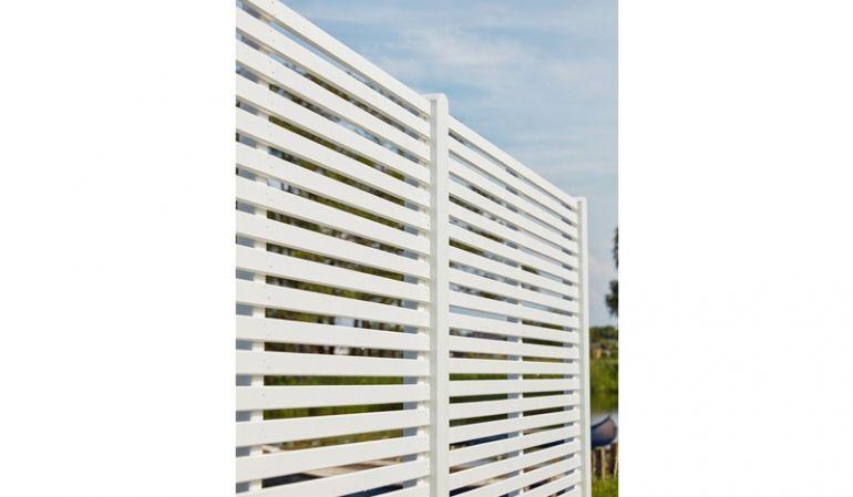 Das moderne Rankgitter Tokyo wird aus fungizid behandeltem und zweifach weiß farbgrundiertem Kiefern- und Fichtenholz gefertigt. Der Abstand zwischen den Lamellen beträgt 15-18 mm. Ein Sichtschutz im zeitlosen Design!