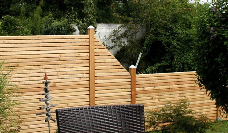 Der Sichtschutz Rhombus aus massiver sibirischer Lärche zeichnet sich durch die starken ca. 26 x 55 mm Rhombusleisten aus, die in Kombination mit der widerstandsfähigen Holzart für eine lange Lebensdauer sorgen.