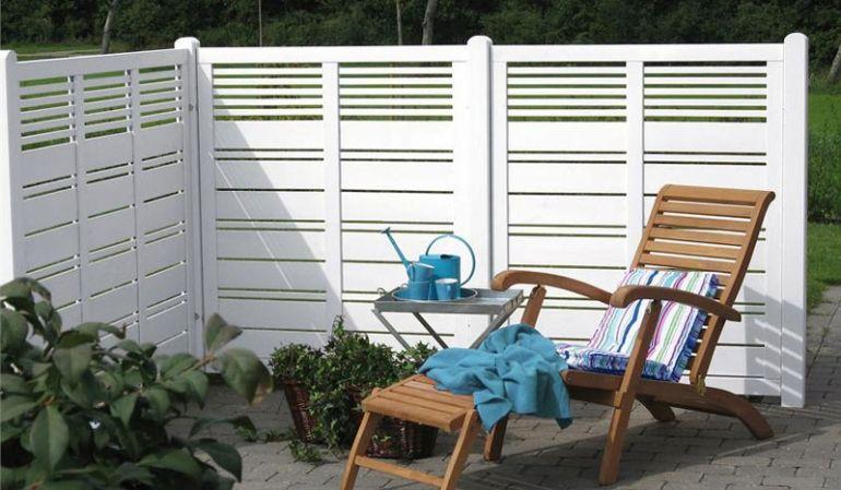 """Die eleganten Sichtschutzblenden """"Silence"""" werden aus weiß farbgrundiertem Kiefern- bzw. Fichtenholz gefertigt. Der optimale Sichtschutzzaun für den Gartenliebhaber, der viel Wert auf eine helle Optik und hochwertige Verarbeitung legt!"""