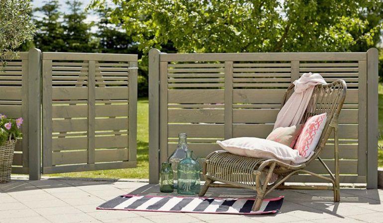 """Die Sichtschutzblenden """"Silence"""" in einem modernen, schlichten Graubraunton passen sich harmonisch in jeden Outdoorbereich ein. Die vielen unterschiedlichen Zaunelemente ermöglichen Ihnen einen großen Gestaltungsspielraum."""