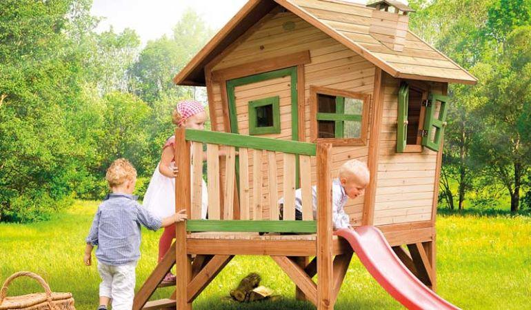 Das Spielhaus Garten mit Veranda und Rutsche ist TÜV-geprüft, hat Maße von 108 x 95 x 142cm, ist aus FSC Holz und der perfekte Gartenspielplatz für die Kleinen.