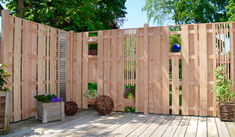"""Die Terrassenabtrennung """"Wyk"""" aus hochwertigem Lärchenholz ist mit seinen vielen Designelementen nach Ihren Wünschen gestaltbar."""