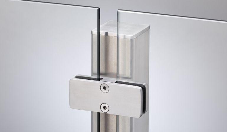 Verbindungspfosten aus Edelstahl mit einer Seitenlänge von 6 x 6cm, die in individuellen Breiten bestellt werden können.