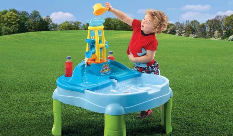 Der Wassertisch für Kinder bietet gleichzeitig die Möglichkeit mit Wasser und Sand eine Menge Spaß zu haben.