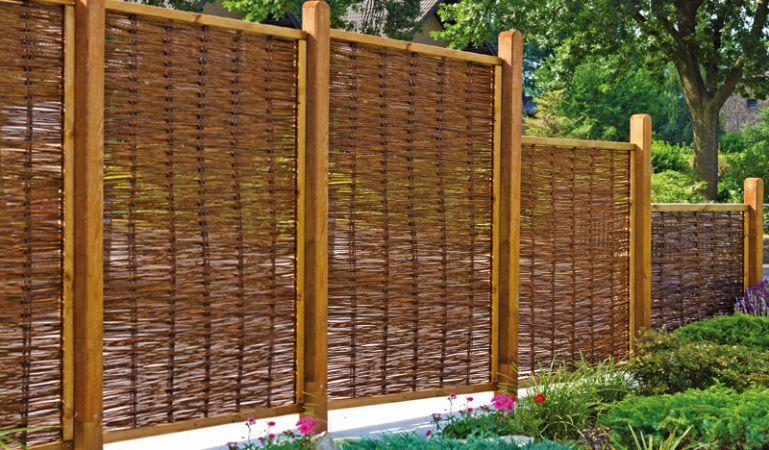 """Durch die verschiedenen Größen des Weidengeflechtzauns """"Premium"""" bieten sich Ihnen viele Gestaltunsmöglichkeiten in Ihrem Outdoorbereich. Dieser natürliche Zaun eignet sich als Sichtschutz, Terrassenumrandung oder Raumteiler."""
