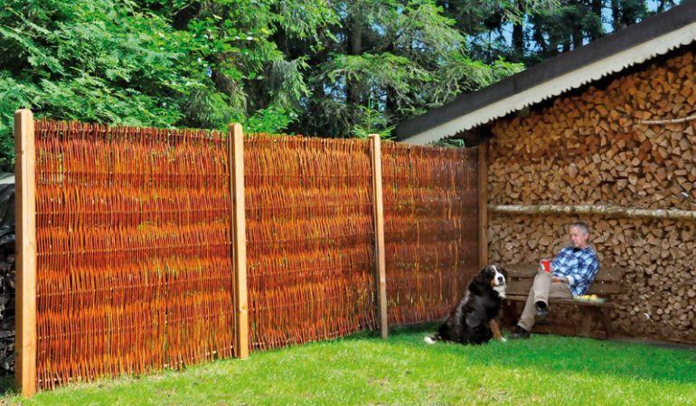 Der Weidenzaun mit Seitenrahmen eignet sich perfekt als natürlicher Sichtschutz, zum Beispiel in Bauern- oder Naturgärten