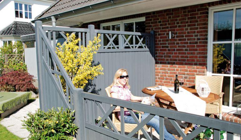 """Der Sichtschutz """"Magdeburg"""" aus Silbergrau tauchlackierter Kiefer mit einem eleganten Rankgitter ist ein echter Hingucker auf Ihrer Terrasse oder in Ihrem Garten. Die verschieden Elemente bieten viele Gestaltungsmöglichkeiten."""