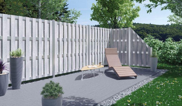 Die Hörnum Zäune aus WPC in silber mit Holzstruktur in Kombination mit den silbernen List Zaunpfählen aus Aluminium