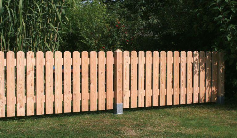 Der Zaun Lignum in der Praxis: Die 180 breiten und 80cm hohen Zaunfelder werden zwischen die Pfosten gesetzt.