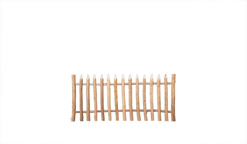 Senkrechtzaun aus waldgeschältem, gespitztem Haselnussholz. Maß: 200 x 80 cm