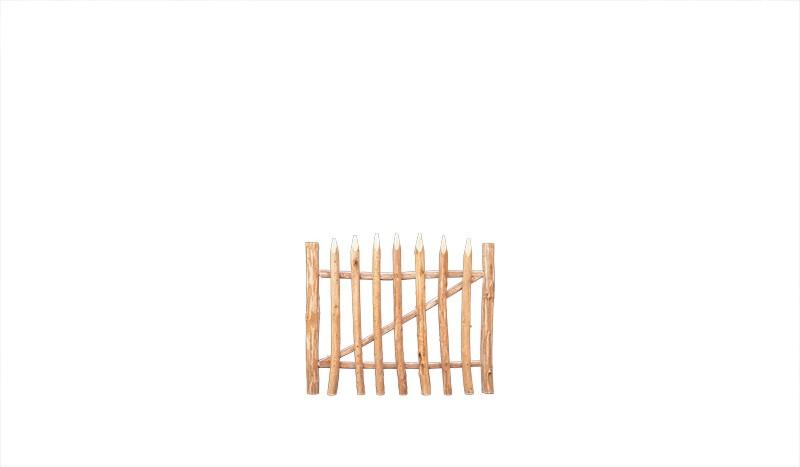 Senkrechtzauntor aus Haselnuss. Hohe Eigenstabilität durch zusätzliche Diagonalverstrebung