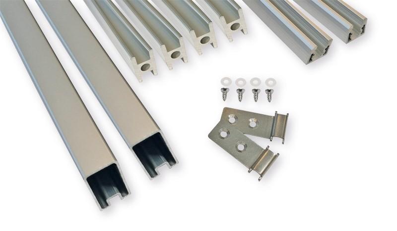 Das silberne Befestigungsset für den HPL-Steckzaun besteht aus Start-, Mittel- und Abschlussleisten, sowie Befestigung.