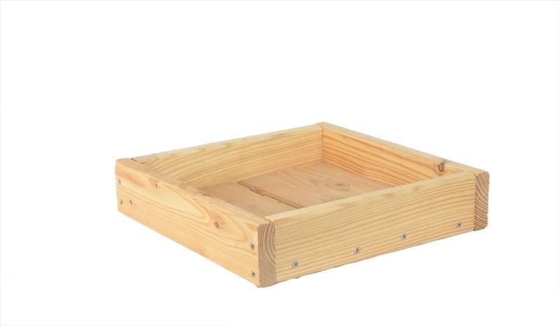 Das Regal für unsere Terrassenabtrennung Wyk mit Maßen 24 x 24 x 6 cm ist aus Lärche gefertigt