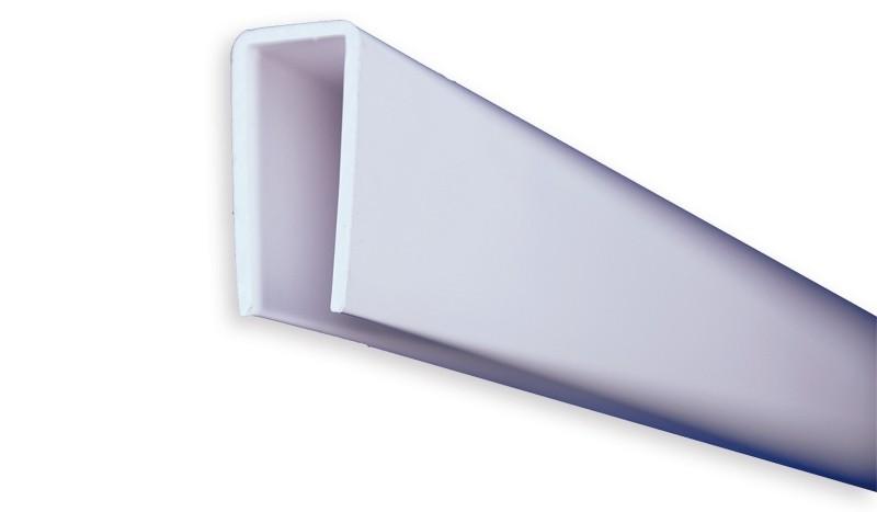 Das weiße 180 cm lange U-Profil dient zur Einfassung der Kunststofflamellen - Sie benötigen mindestens 3 (ohne Unterprofil), maximal 4 Profile (mit Unterprofil) pro Zaunfeld.