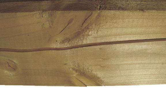 Trockenrissen bei einem Holzpfosten